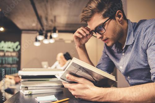 Fotografía  Guy in the library