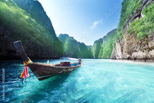 Photo boat and beautiful sea, Phi Phi island, Thailand