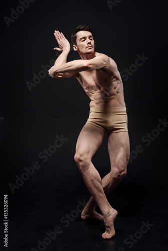 Fotografia  Talented actor performing in the black colored studio