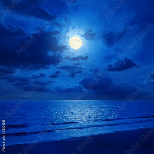 Poster Mer / Ocean full moon in cloudy sky and sea with reflections