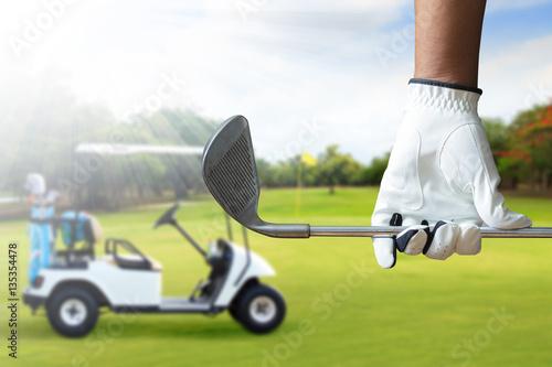 Plakat Golfowy gracz trzyma kija golfowego w polu golfowym
