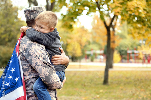 Fotografía  Soldier reunited with his family on a sunny day
