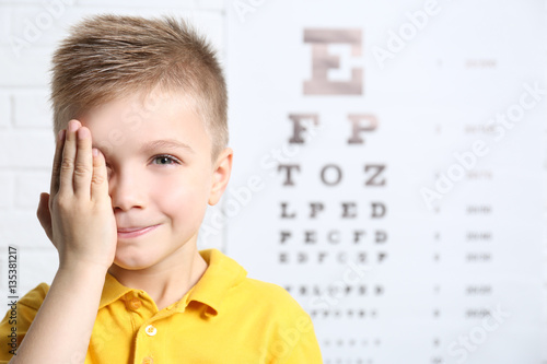 Fotografía  Little boy having eye test at ophthalmologist office