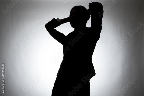 Fotografía  シルエットの女性、頭を抱える