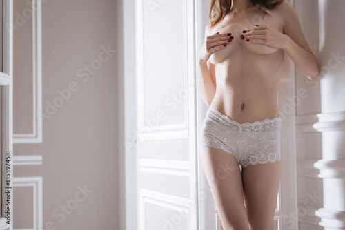 Fotografía  Portrait of young naked lady posing without bra