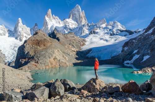 Photo sur Toile Taupe Woman admiring Fitz Roy scenic view