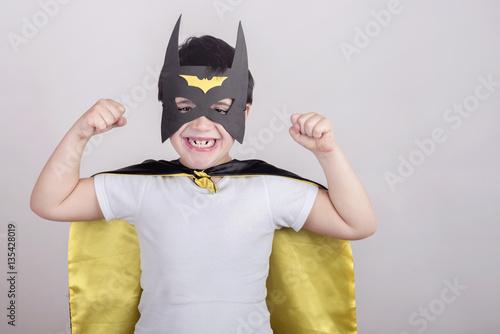 Fotografia niño disfrazado de superheroe
