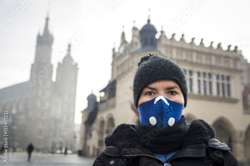 Photo  Woman using a mask, protecting herself from smog