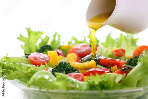 野菜サラダにオリーブオイルをかける