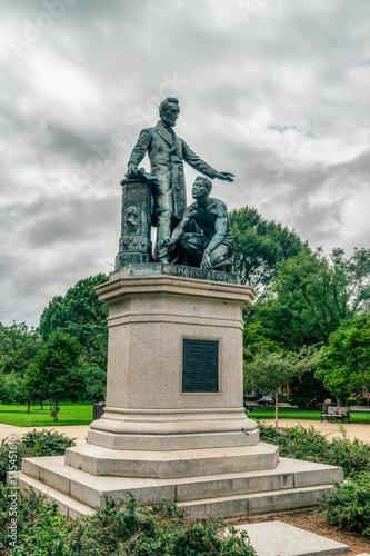 La statue en bronze représente le président Lincoln debout avec son bras gauche tendu sur un esclave affaissé Tableau sur Toile