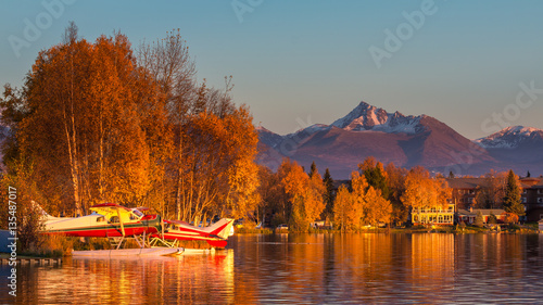 Photo Warm colors of sunset at Spenard Lake in Anchorage. USA