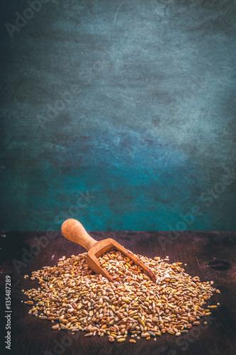 Fünf Sorten Getreide auf einen Holzlöffel