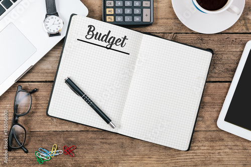 Fotomural Budget text on note pad, Office desk with computer technology, h
