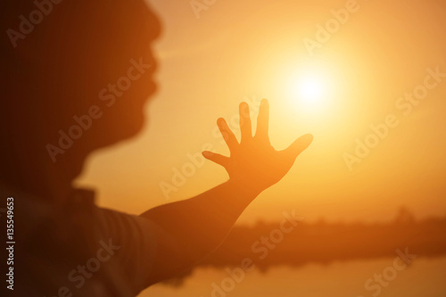 Staande foto Vogel hands forming a heart shape with sunset silhouette