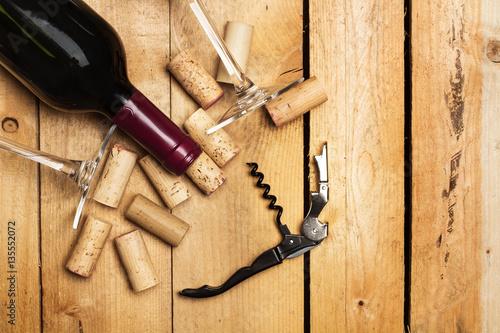 Fotografía  Botella de vino con copas