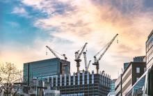 夕空と建設中の高層ビルディング