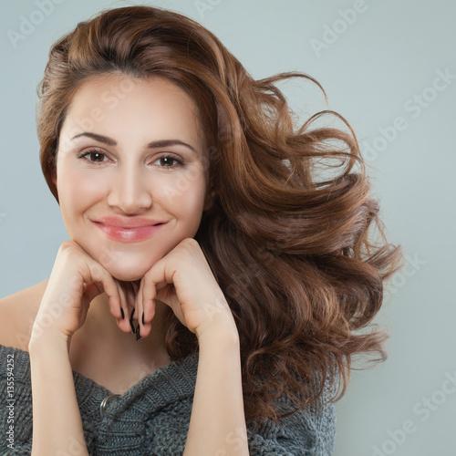 Zdjęcie XXL Pretty Woman Smiling. Model z kręconymi włosami