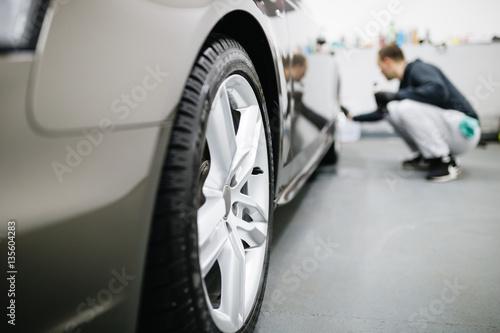 Zdjęcie XXL Człowiek czyszczenie samochodu, koncepcja samochodu (lub valeting). Selektywna ostrość.