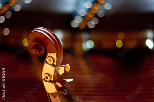 Zdjęcie XXL Kontrabas na dużej scenie. Bas. Instrumenty strunowe.