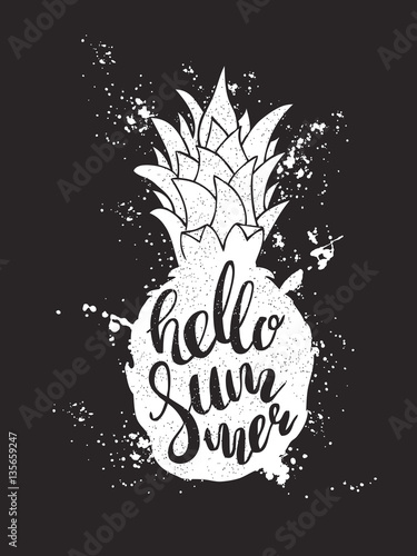 reka-rysujaca-ilustracja-odosobniona-biala-ananasowa-sylwetka-na-czarnym-tle
