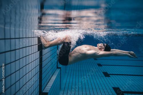 Pinturas sobre lienzo  Pro male swimmer in action inside swimming pool