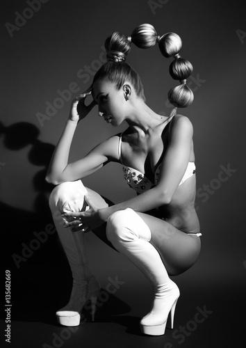 piekny-dziewczyna-portret-z-wspanialym-uczesaniem-czarny-i-bialy
