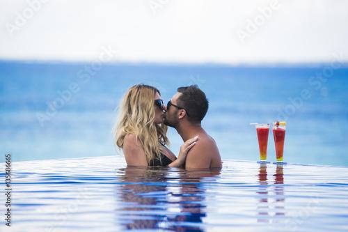 Fotografia  Miesiąc miodowy romantyczny kochanków wakacje na tropikalnej plaży
