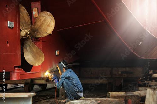 Fotografia  Welder man working in ship yard,color toned.