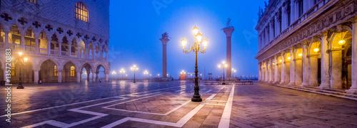 Stickers pour porte Venise Markusplatz in Venedig bei Nacht