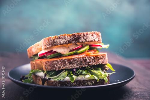 Canvas Prints Snack Sandwich mit Lachs und frischen Gemüse