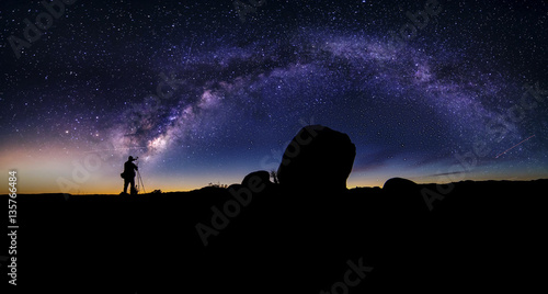 Photo Photographer doing astro photography in a desert nightscape with milky way galaxy