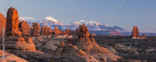 Spoed Foto op Canvas Bergen Red Rocks and Purple Mountains