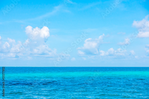 Staande foto Oceanië Beautiful tropical Maldives island with white sandy beach and se