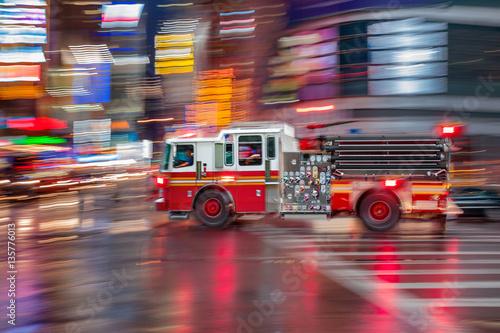 Fotografia fire trucks and firefighters brigade in the city