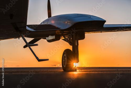 Zdjęcie XXL mały samolot na pasie startowym