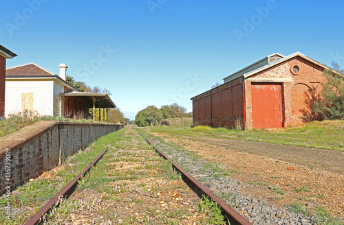 Papiers peints Gares CARISBROOK, VICTORIA, AUSTRALIA - September 4, 2015: The Carisbrook railway station (1874) is no longer in use but retains a red-brick station building, goods shed and platform