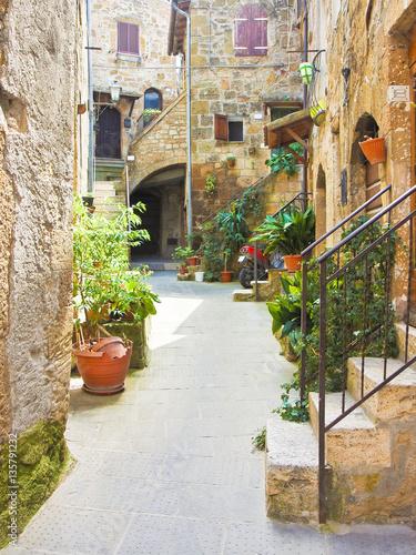 pitigliano-wloska-etruska-i-sredniowieczna-wioska-zbudowana-z-kamienia-tufowego