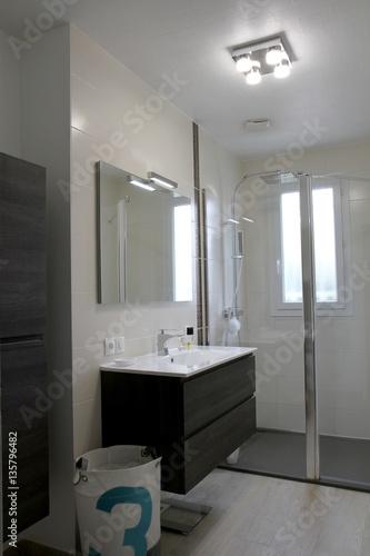 salle de bain moderne, douche à l\'italienne - Buy this stock photo ...