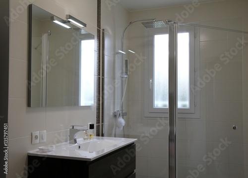 salle de bain moderne, douche à l\'italienne – kaufen Sie dieses Foto ...