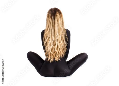 Zdjęcie XXL fitness kobieta siedzieć, zdrowy styl życia, CrossFit, ciało sportowe, z bliska, na białym tle