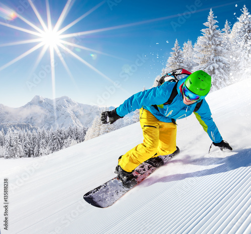 mezczyzna-jadacy-w-zoltych-spodniach-na-snowboardzie-w-wysokich-gorach