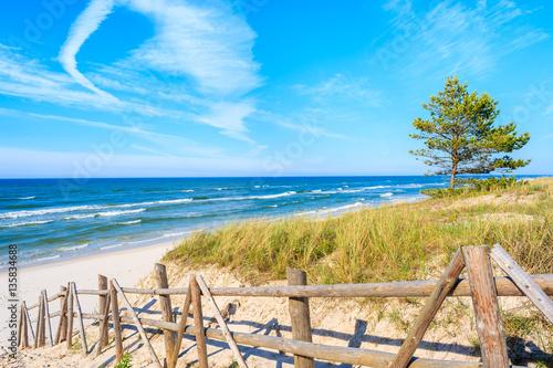 Obraz Wejście do piaszczystej plaży Białogora, Morze Bałtyckie, Polska - fototapety do salonu