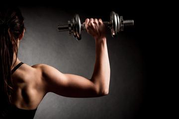 Atraktivna fit žena vježba s bučicama kao fitnes