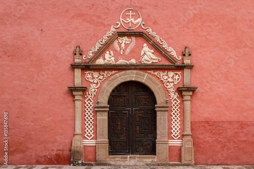 Fotografía  Door on the typical colonial church in Huichapan, Mexico