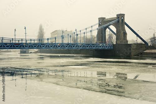 Plakat Most nad zamarzniętą rzeką