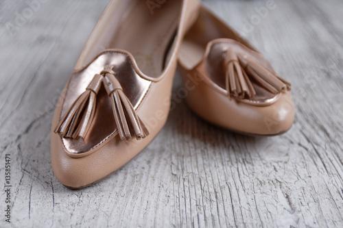 Chaussures plates de femmes avec pompons