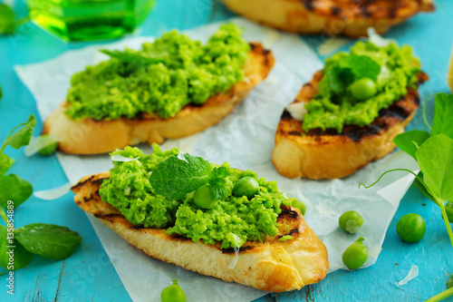 Photo sur Aluminium Entree Snack of peas and mint with toast.