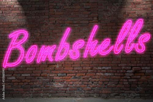 Fotografie, Obraz  Leuchtreklame Bombshell an Ziegelsteinmauer
