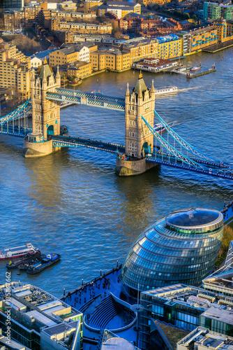 widok-na-tower-bridge-z-wiezowca-the-shard
