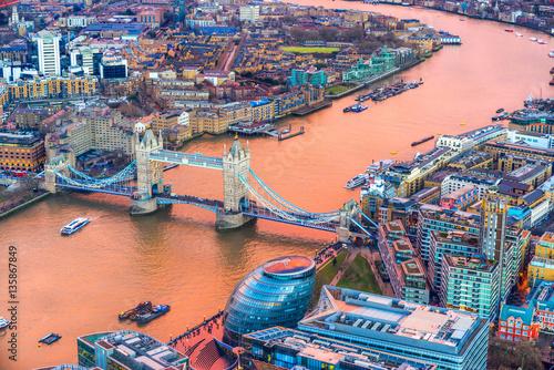 niesamowity-widok-na-tower-bridge-i-zlota-tamize-z-wiezowca-the-shard